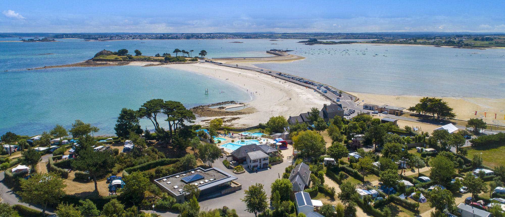 Vue aérienne du camping en Finistère nord bord de mer Ar Kleguer