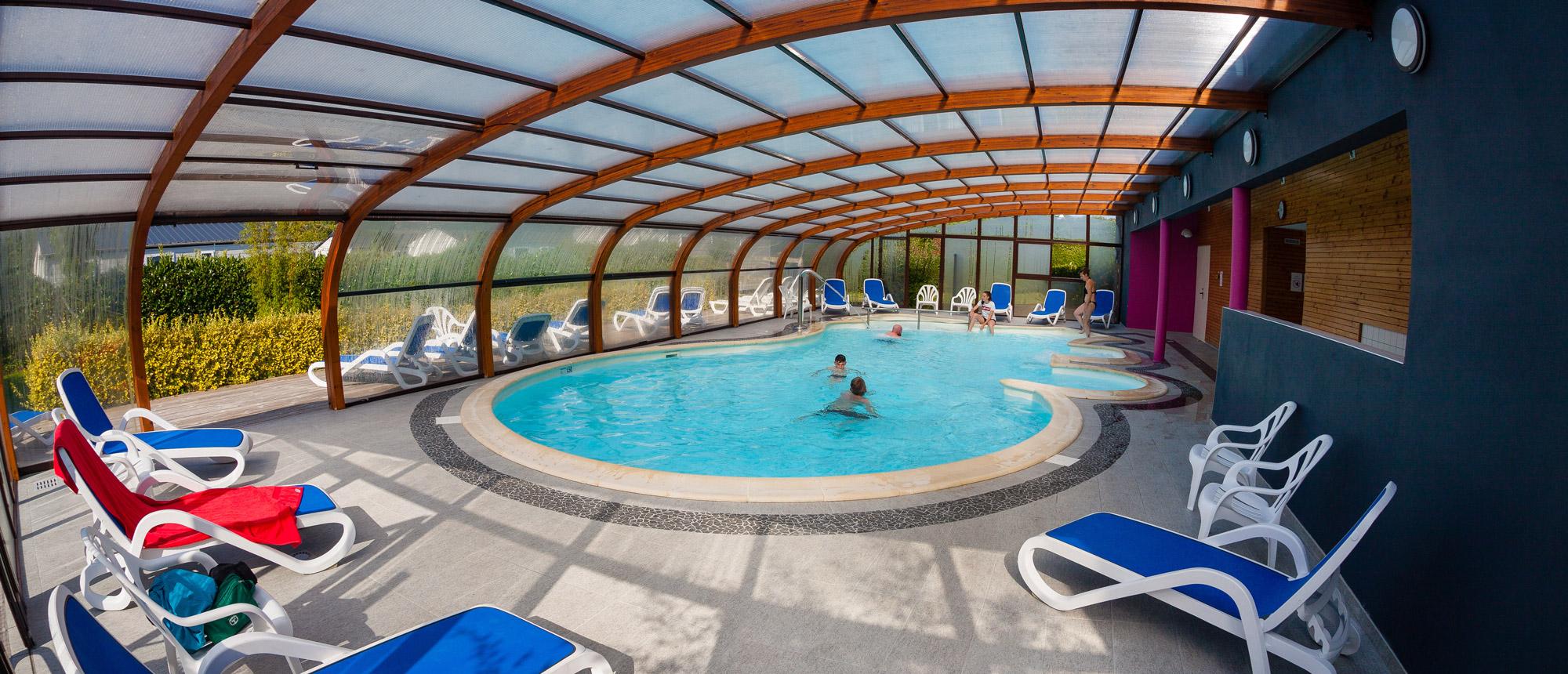 Vue intérieure de la piscine couverte du camping Ar Kleguer